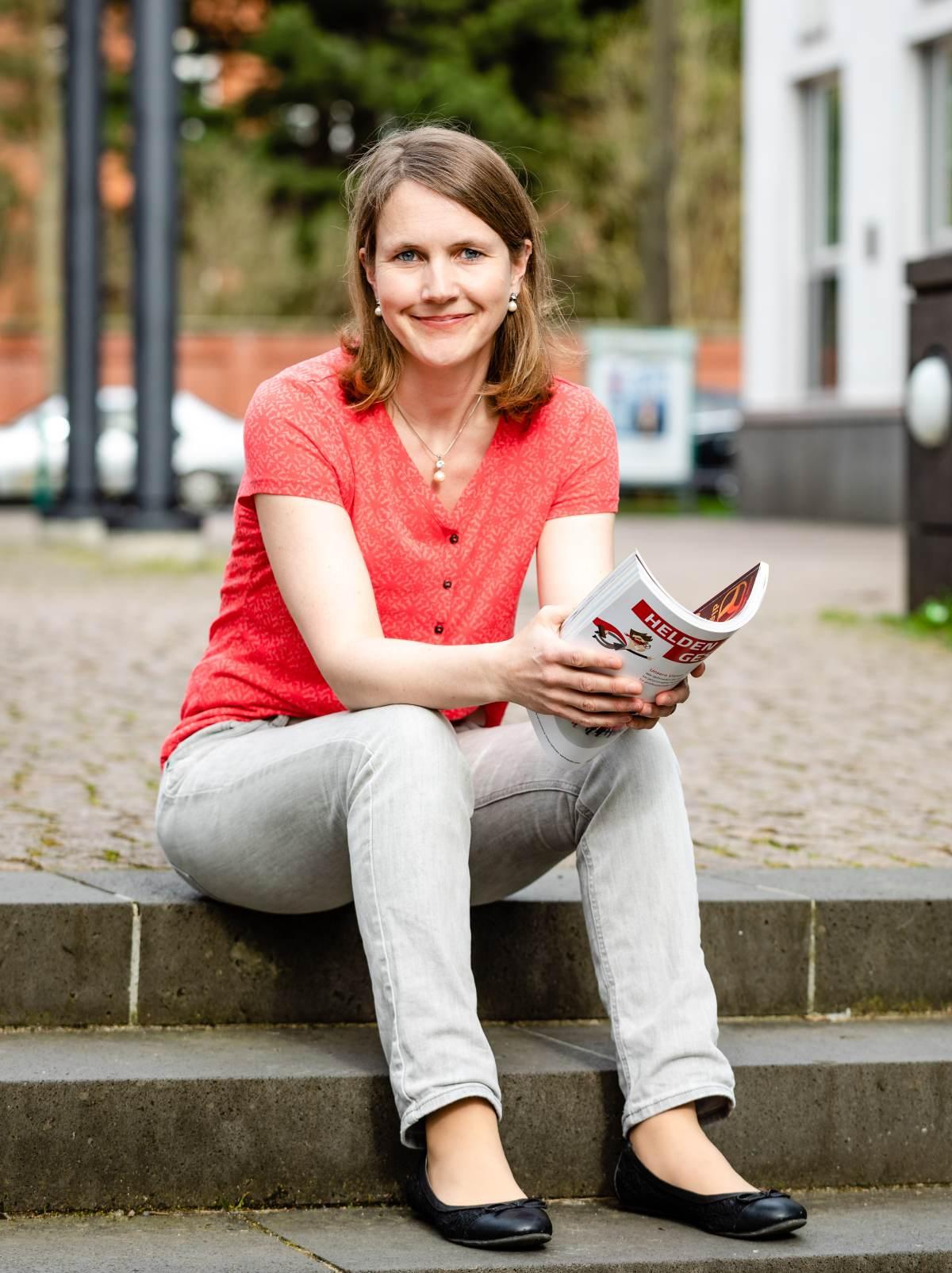 Petra Jahn-Firle sitzend mit Magazin